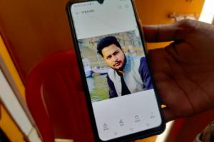 فون میں شبھم مشرا کی تصویر دکھاتے ان کےوالد۔ (تمام فوٹو: عصمت آرا/دی وائر)